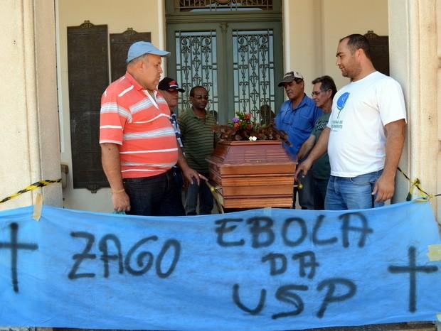 Grevistas em Piracicaba fazem 'velório' simbólico de reitor da USP (Foto: Fernanda Zanetti/G1)