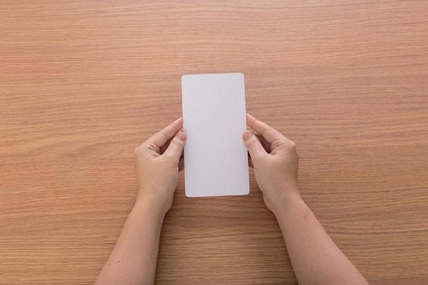 2. Com o lápis, desenhe no papel a medida de 18 cm x 9 cm e recorte arredondando as pontas. Caso prefira, baixe o molde no site CRESCER. (Foto: Bruno Marçal / Editora Globo)