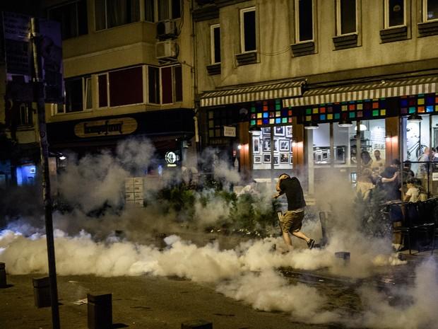 Polícia dispersa protesto de fãs do grupo Radiohead neste sábado (18) em Istambul (Foto: OZAN KOSE / AFP)