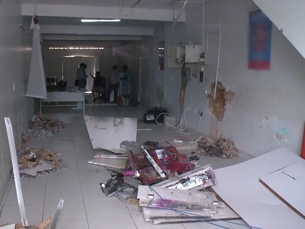 Caixa eletrônico ficou completamente destruído na agência de Vista Serrana, no Sertão da PB (Foto: Reprodução/TV Paraíba)