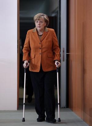 A chanceler alemã Angela Merkel chega ao Parlamento nesta quarta-feira (29) em Berlim (Foto: AP)