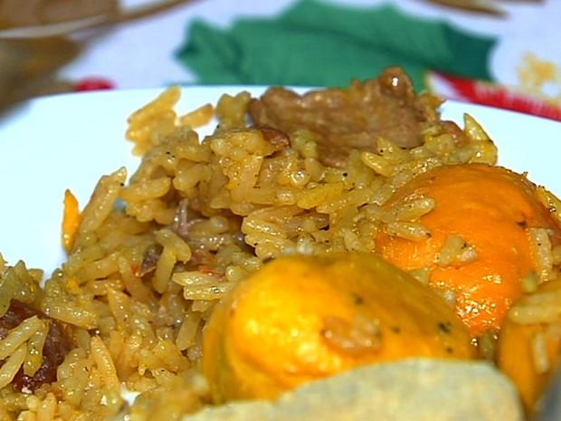 Cozinheira ensina a fazer receita de galinhada com pequi, em Goiás (Foto: Reprodução/TV Anhanguera)