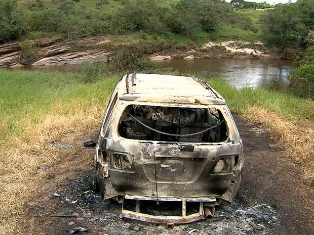 Carro onde estava casal foi encontrado totalmente queimado e destruído (Foto: Reprodução/TV Globo)