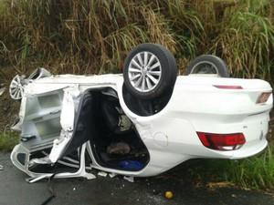 Carro onde estavam pai e filho capotou após colisão (Foto: Divulgação/PRF)