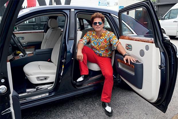 Romero Britto em seu Bentley estilizado  (Foto: Jill Peters)