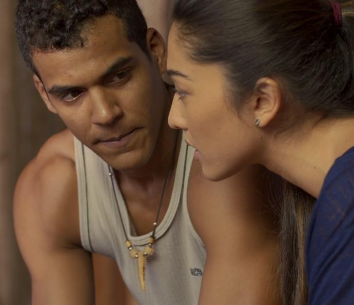 Tiago fica tenso com clima entre Yumi e ele (Foto: TV Globo)