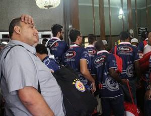 Vice-presidente do Vilhena, Carlos Dalanhol, e jogadores  (Foto: Larissa Vieira)