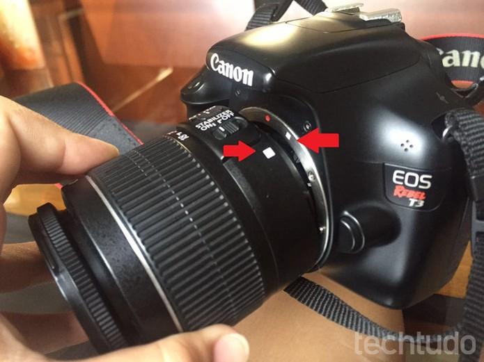 Pontos de alinhamento para o encaixe da lente no corpo da câmera (Foto: Raíssa Delphim/TechTudo)