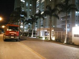 Bombeiros foram chamados para verificar rachaduras em prédio de São José dos Campos (Foto: Joana Isabel Tavares )