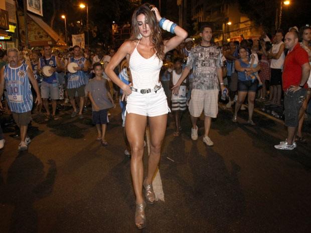 A atriz Thaila Ayala, mais nova musa da Vila Isabel é apresentada em ensaio de rua (Foto: Daniel  Pinheiro/ Divulgação)