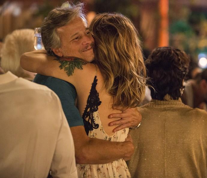 Lenita e Vittorio se abraçam na hora dos fogos (Foto: Felipe Monteiro / Gshow)