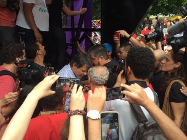 O prefeito de São Paulo e candidato à reeleição, Fernando Haddad (PT) marca presença em ato contra o presidente Michel Temer (PMDB) na tarde deste domingo (11), na Avenida Paulista, em São Paulo (Foto: Lívia Machado/G1)