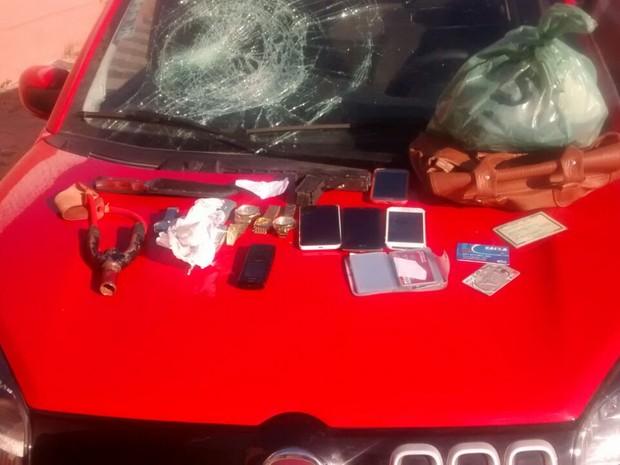 Material das vítimas que estava com os suspeitos (Foto: Divulgação/Polícia Civil)