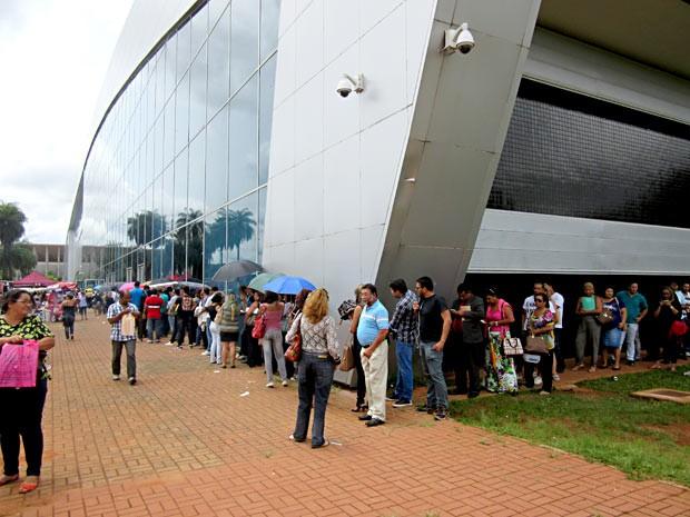 Fila do lado externo do Centro de Convenções Ulysses Guimarães para renegociar dívidas junto ao GDF (Foto: Gabriela/G1)