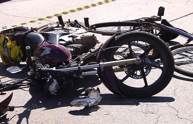 Motocicleta e bicileta ficaram danificadas após colisão, em Goiânia (Foto: Reprodução/TV Anhanguera)