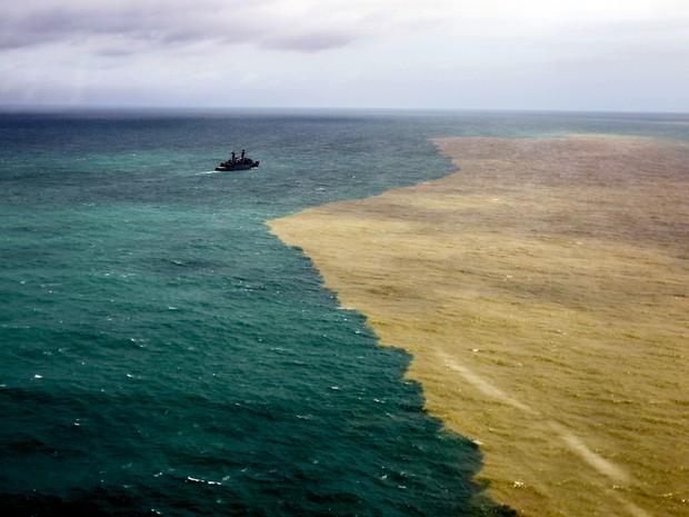 Lama chega ao mar no litoral do ES (Foto: Gabriela Biló/Estadão Conteúdo)