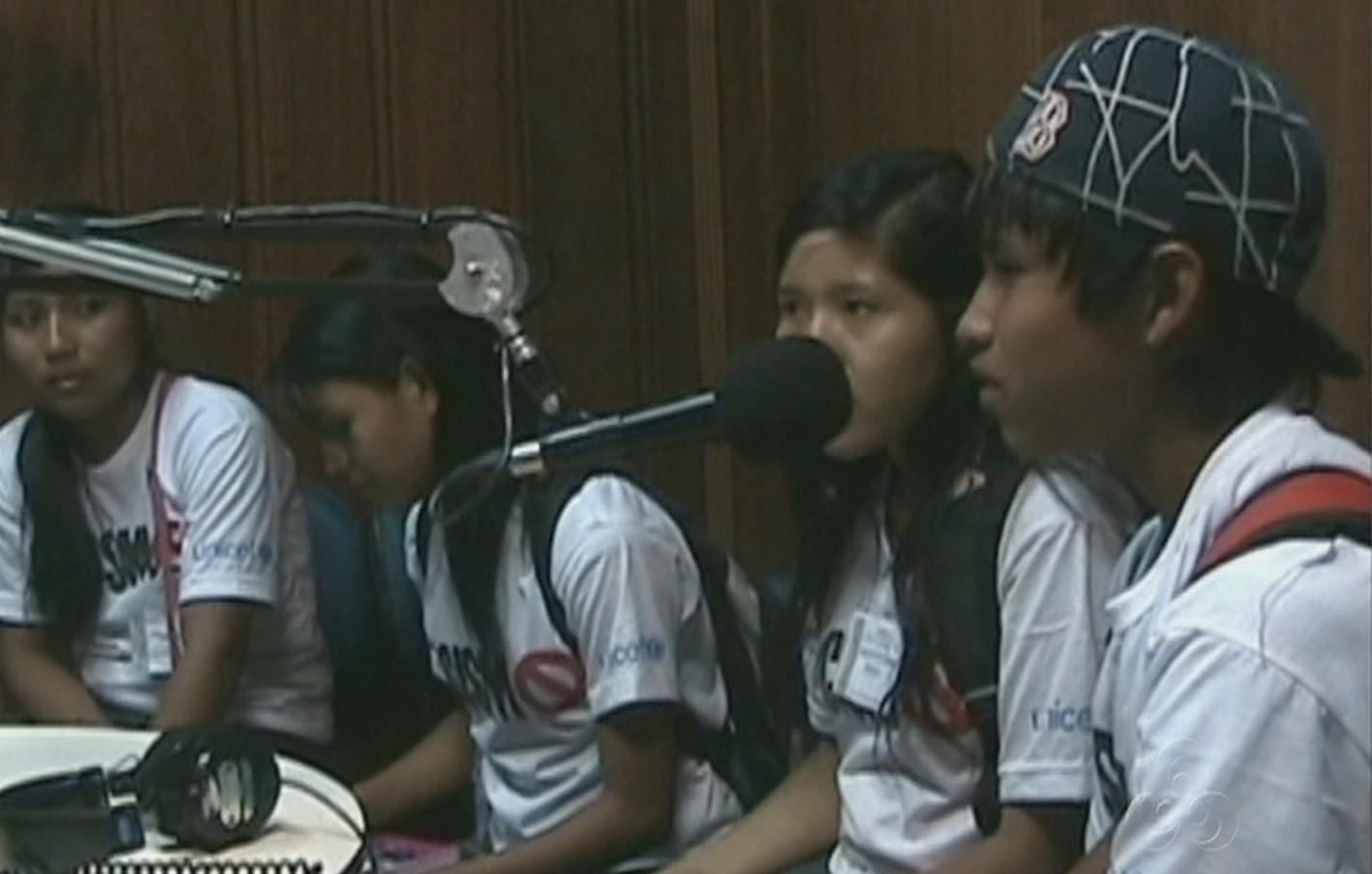 Dentre outras atividades, os jovens aprendem a produzir um jornal comunitário (Foto: Amazônia TV)