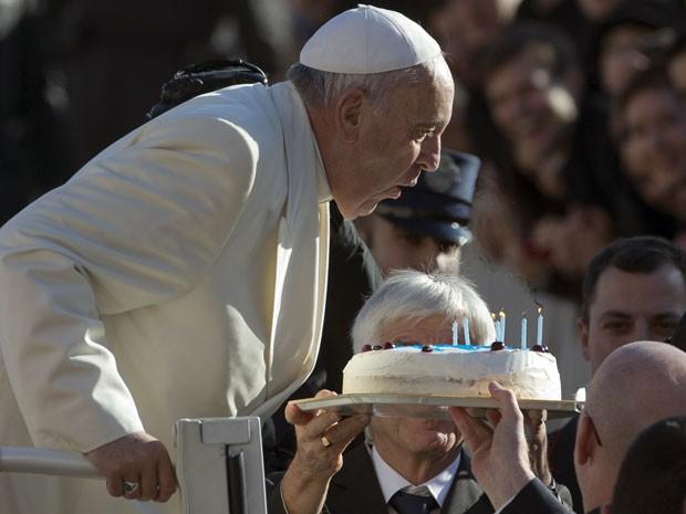 Papa Francisco sobra velas de um bolo comemorativo ao seu aniversário (Foto: Alessandra Tarantino/AP)