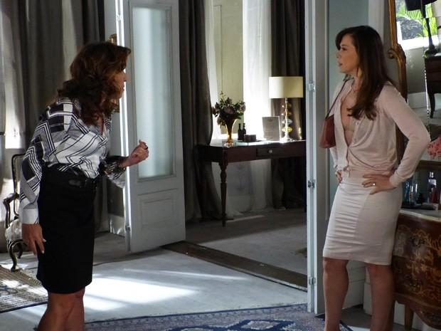 Lívia não gosta da atitude de Wanda (Foto: Salve Jorge/ TV Globo)