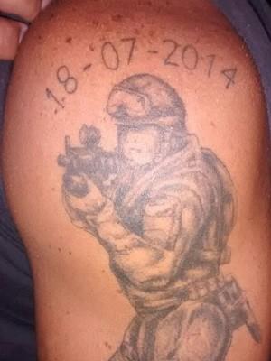 """Policial ferido fez tatuagem para recordar o dia em que """"renasceu"""" (Foto: Delgado Cunha/Arquivo Pessoal)"""