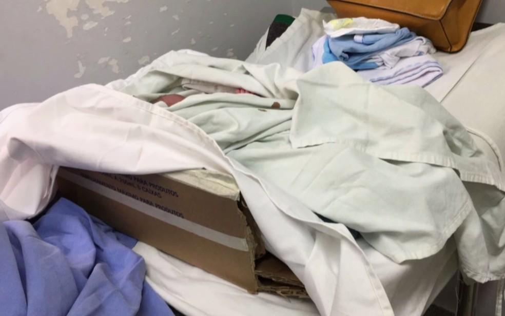 Por falta de berços, recém-nascidos são colocados em caixas de papelão (Foto: Reprodução/TV Anhanguera)