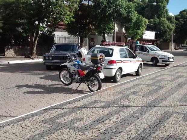 Veículo Dodge foi apreendido pela polícia na Avenida Rio Doce. (Foto: Diego Souza/G1)