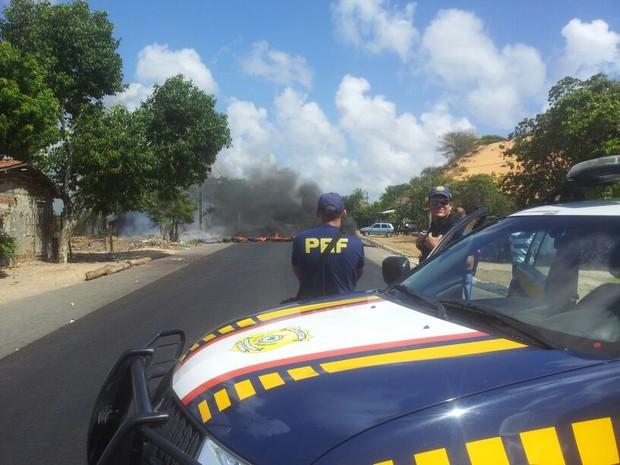 PRF negociou saída de manifestantes uma hora e meia após bloqueio na BR-226, em Natal (Foto: Antônio Netto/Inter TV Cabugi)
