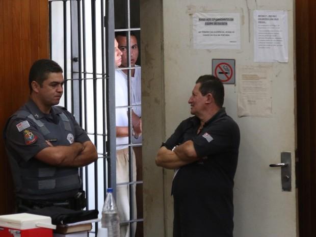 Réus à espera do início do julgamento em Rio Claro (Foto: Vitor Liasch/O Jornal)