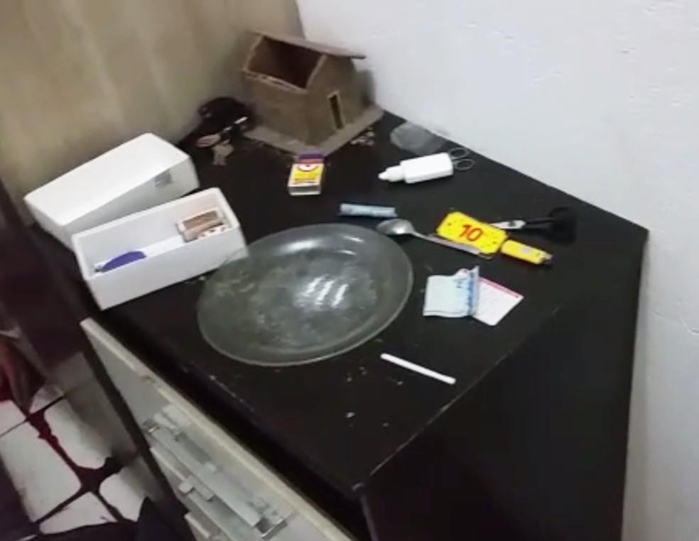 Policiais encontraram droga dentro do kitnet (Foto: PM/Divulgação)