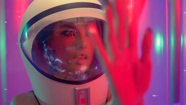 A modelo brasileira Alessandra Ambrósio em seu ensaio para a revista Love (Foto: Divulgação)