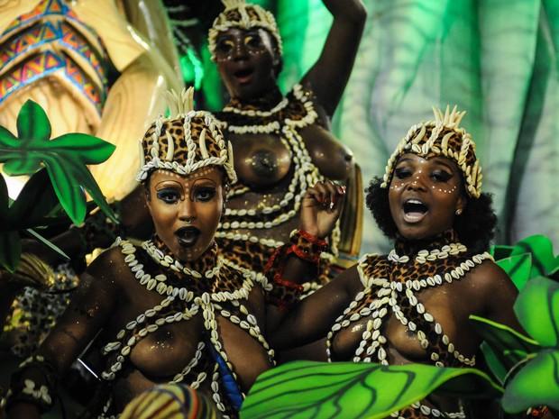 Destaques de carro alegórico da Beija-Flor sensualizam durante desfile (Foto: Alexandre Durão/G1)
