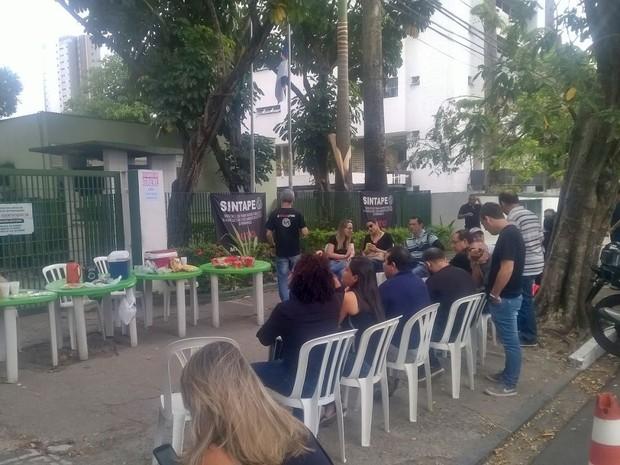 Greve de servidores da CPRH começou com café da manhã em frente à agência, no Recife (Foto: Isabelyta Guerra/Reprodução/WhatsApp)