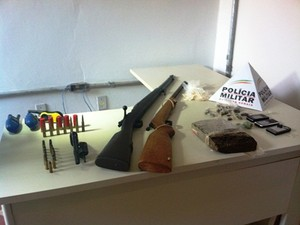 Materiais apreendidos pela PM no bairro Vilage do Lago 2 (Foto: Michelly Oda / G1)