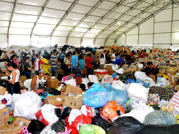 Voluntários na Praça do Papa, organizando as doações que chegam para os desabrigados do Espírito Santo (Foto: Gabriel Lordello/ A Gazeta)