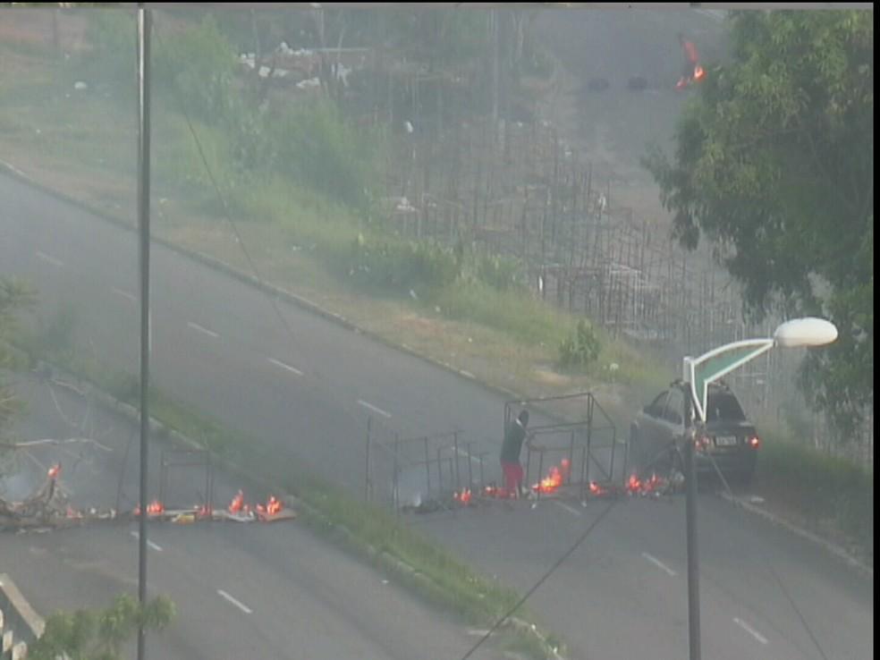 Manifestantes bloqueiam avenida com pneus, ferros e pedras. Ônibus mudam rodam.  (Foto: Reprodução/TV Verdes Mares)