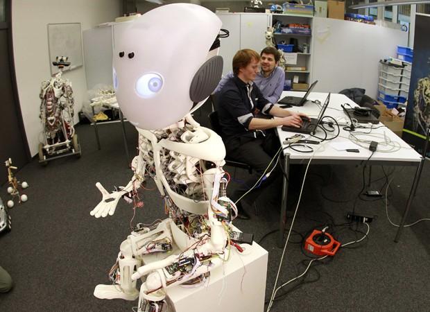 Roboy foi criado por equipe com mais de 40 engenheiros e cientistas (Foto: Arnd Wiegmann/Reuters)