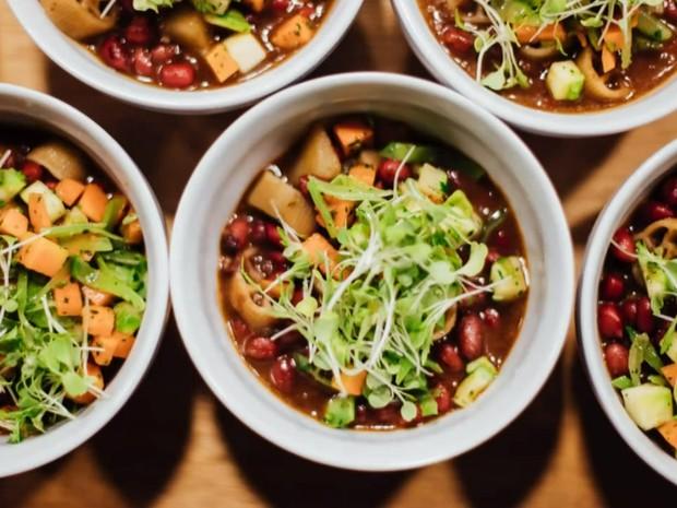 Pratos são criados a partir dos ingredientes disponíveis a cada dia  (Foto: BBC)