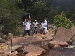 Ação de limpeza também ocorreu nas cachoeira da Serra do Tepequen, no Amajari (Foto: Divulgação/Caer)