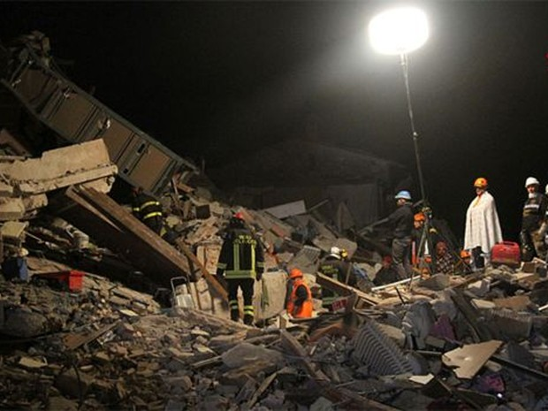 Buscas em escombros continuaram durante a noite em Amatrice  (Foto: AP)