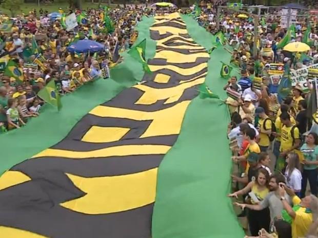 Faixa pede impeachment de Dilma na Redenção, em Porto Alegre (Foto: Reprodução/RBS TV)
