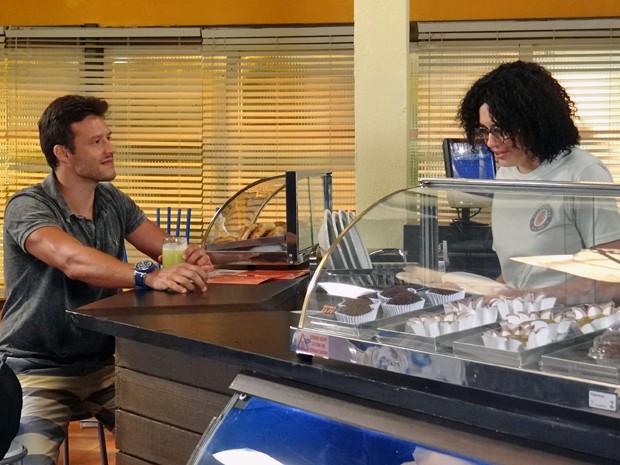 Ricardo diz para Cidinha que a conhece de algum lugar (Foto: Maria Clara Lima / Gshow)