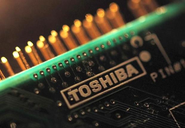 Logo da Toshiba em chip da empresa (Foto: Yuriko Nakao/Reuters)