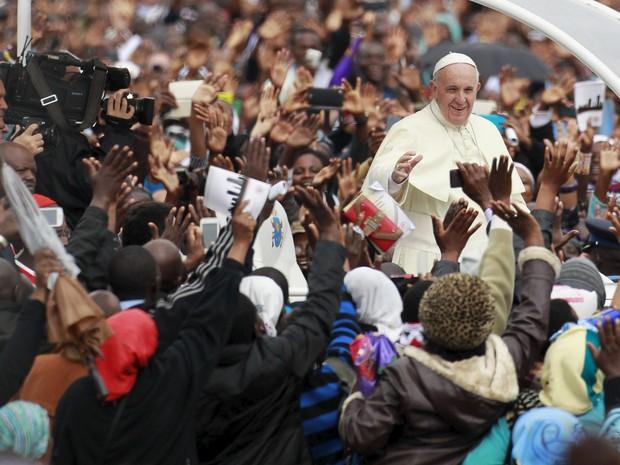Papa Francisco é recebido por fieis em Nairóbi, no Quênia (Foto: Thomas Mukoya/Reuters)