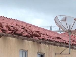 Casas foram destelhadas após ventania (Foto: Reprodução/TV Oeste)