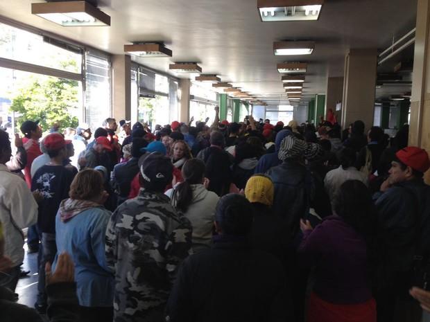 Houve manifestantes que seguiram até a prefeitura (Foto: Júlio Carvalho/RPC)
