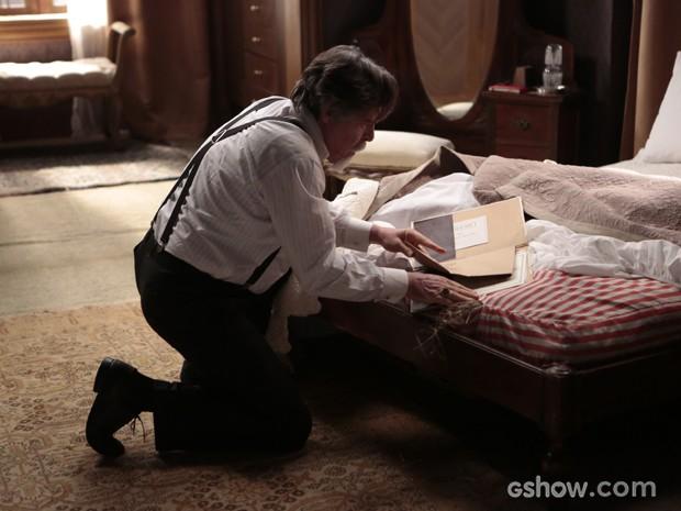 Ernest encontra embaixo do colchão (Foto: Felipe Monteiro/TV Globo)