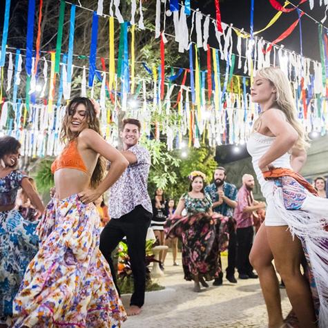 Ritinha (Isis Valverde) e Jeiza (Paolla Oliveira) dançam carimbó em 'A força do querer' (Foto: Globo / João Miguel Júnior)