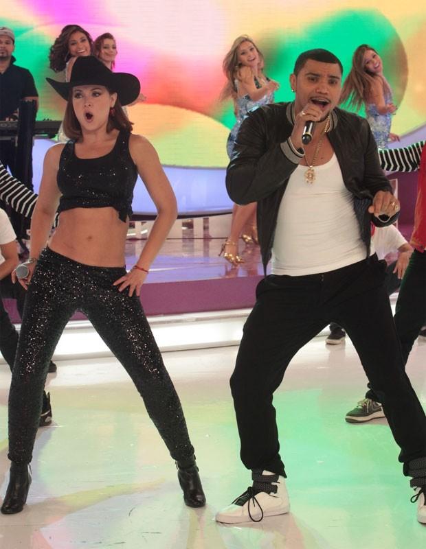 Gaby Spanic dança hit do cantor Naldo (Foto: Leo Franco/AgNews)