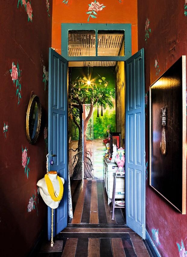 Paredes do corredor de entrada com rosas pintadas à mão (Foto: Lufe Gomes / Editora Globo)