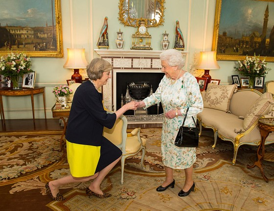Theresa May cumprimenta a Rainha Elizabeth II (Foto: WPA Pool/Getty Images)